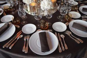 Mit Geschirr gedeckter Tisch