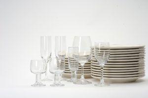 Geschirr Gläser und Teller